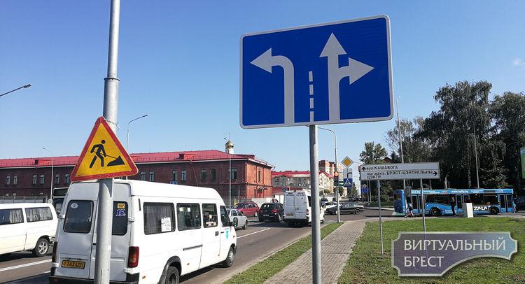 С левой налево, с правой прямо и направо. При выезде на Б.Дивизий со стороны Матросова
