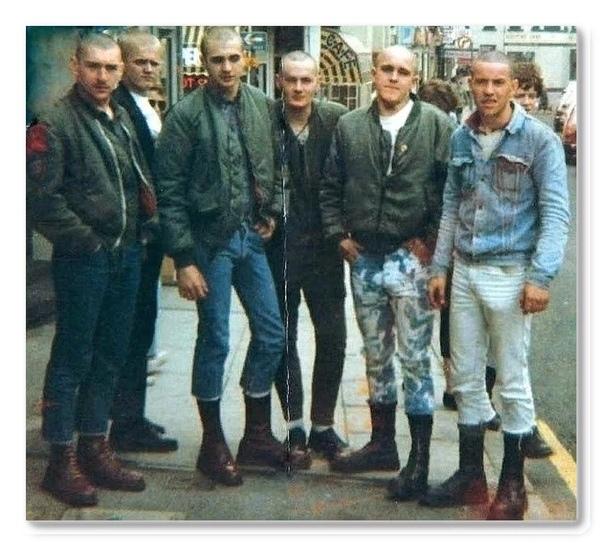 Кто такие скинхеды и как они появились в России Бритоголовые парни в черном это не только бандиты и «новые русские», но еще и скинхеды. И то, и другое можно смело назвать «дружеским приветом из