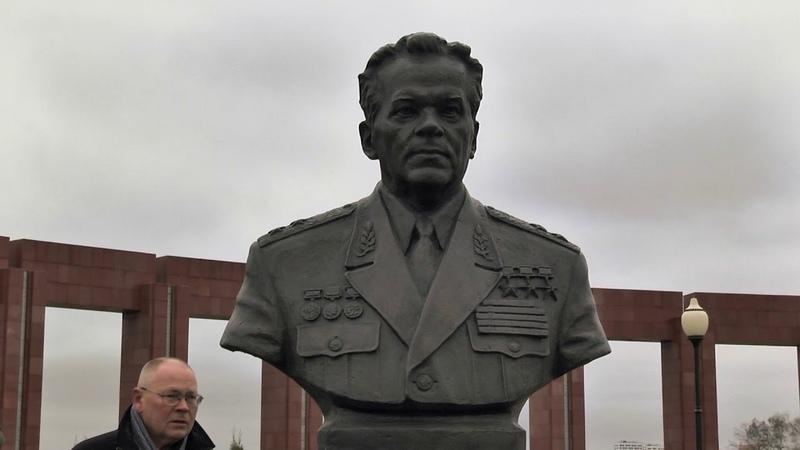 Возложение цветов к могиле М.Т. Калашникова удмуртским землячеством в Москве