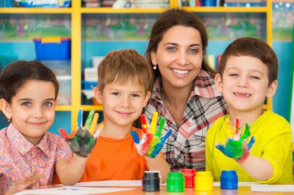 Няня, как правило, не содержит детских учреждений, и многие работают вне дома.