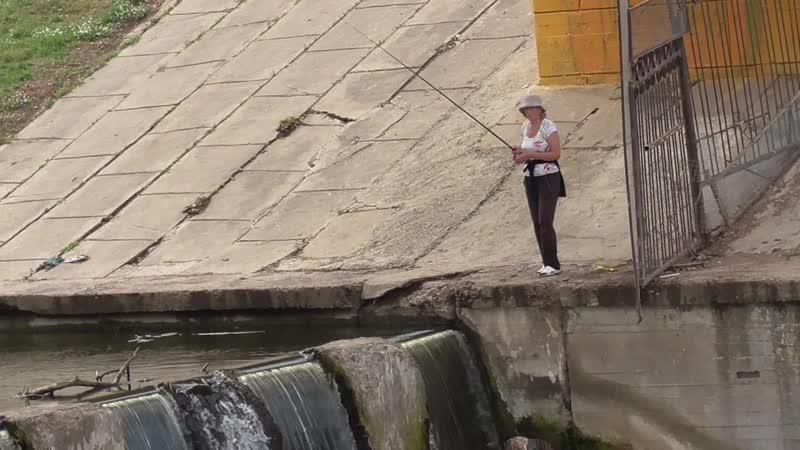 Летний день у реки Она поймала рыбу на удочку под мостом Река Орлик город Орёл Информационный переквас