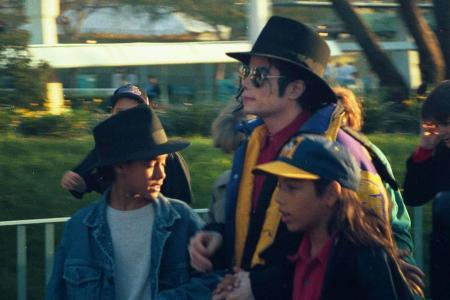 Фото: Майкл, Джорди Чандлер (в шляпе) и Бретт Барнс (в кепке) в Диснейленде.