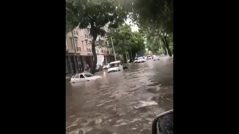 Вид из лужи ул Осетинская нальчик кбр потоп дождь лужа