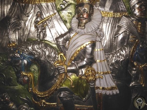Cаркофаг Сигизмунда III из усыпальницы кафедрального собора в Вавеле. Оловянный саркофаг интересен своими прекрасными барельефами, представляющими триумфы короля под Смоленском в 1611 г. и