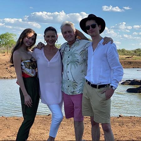 Кэтрин Зета-Джонс и Майкл Дуглас с детьми отдыхают в Африке