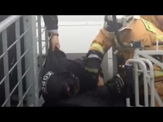 Полицейский удержал чоповца, который хотел прыгнуть с эстакады в Пулково