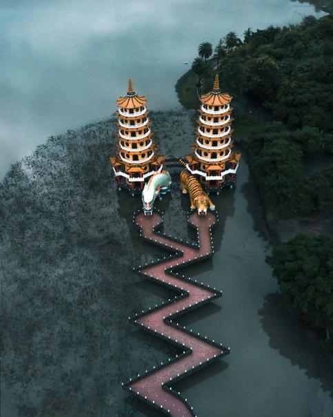 Фотограф снял самые красивые и причудливые храмы Азии Азия неспроста манит отчаянных искателей приключений и поклонников чего-то диковинного. Эта часть света кардинально отличается от нашей