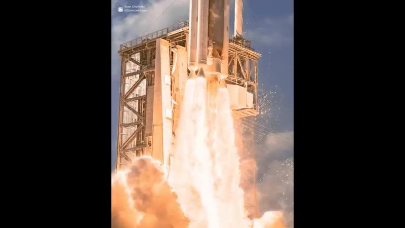 Двухмоторная ракета-носитель Atlas V на взлете