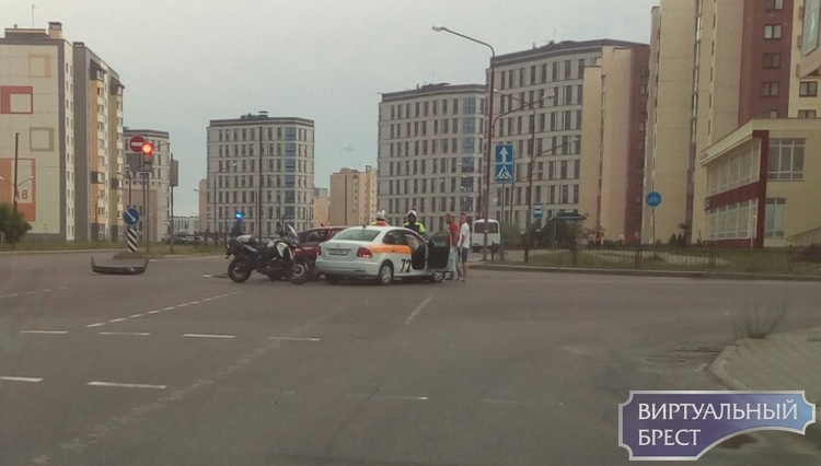 Два ДТП с участием такси в Бресте утром, а ночью один приус накрыло деревом