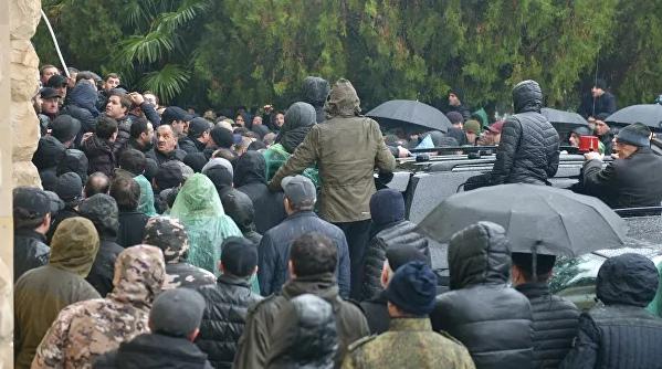 В Абхазии протестующие штурмуют администрацию президента