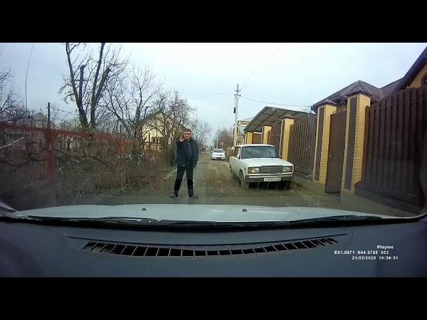 В Армавире мужчина угрожал водителю пистолетом
