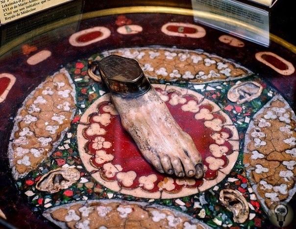 Стол сделанный из мозгов, печеней, ушей, легких, крови, желчи и одной правой стопы Он был сделан Эфизио Марини для Наполеона III.Музей истории медицины, Париж. 1866