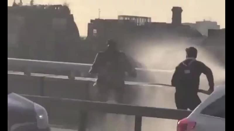 Voici comment 3 héros ont neutralisé le terroriste de London Bridge hier. Autodéfense !.mp4