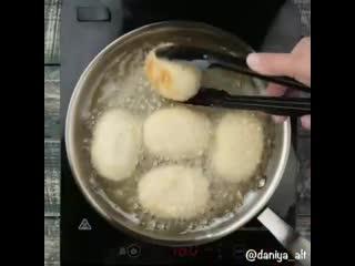 Картофельные зразы с сыром.ооочень просто, оочень сочно и усно, сыр очень аппетитно тянется, прям как я люблю!