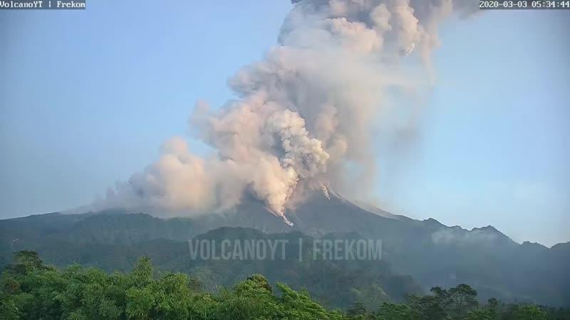 印尼默拉皮火山喷出约六千米高灰柱