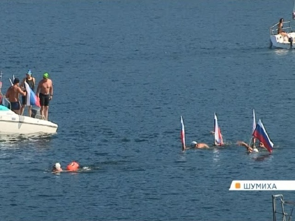Спортсмены проплыли 180 километров по холодному Енисею в честь Дня флага
