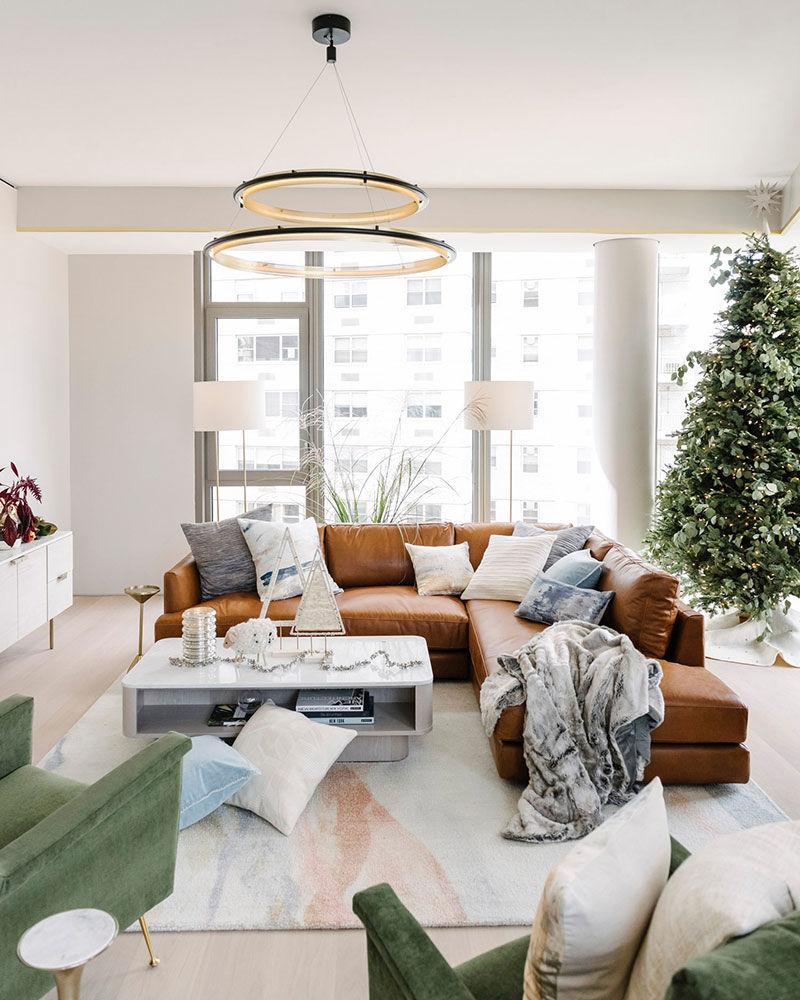 Панорамные окна и две ёлки: рождественский декор квартиры в Нью-Йорке || 01