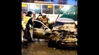 Спасатели достают водителя, который пострадал в аварии на Гагарина  