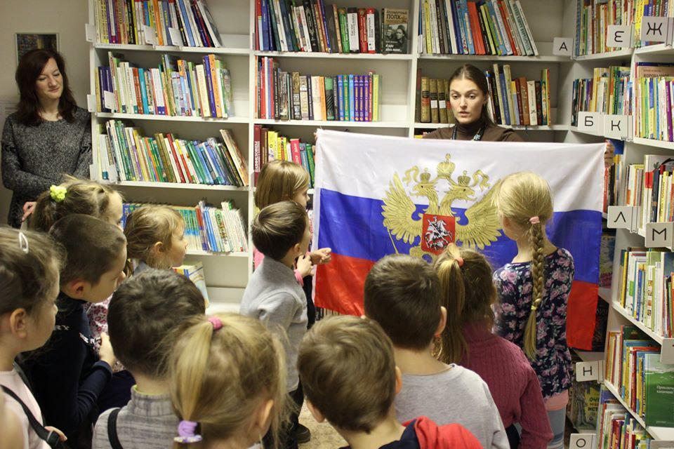 Сотрудники библиотеки на Рождественской рассказали читателям о Дне Конституции