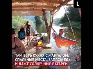 Компания путешественников из Днепра построила себе двухпалубный жилой плот
