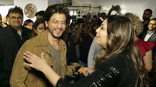 SRK's Unbalivable SIRPR!S€ ENTRY At Biwi Gauri Khan's Store Launch Is Heart Melting