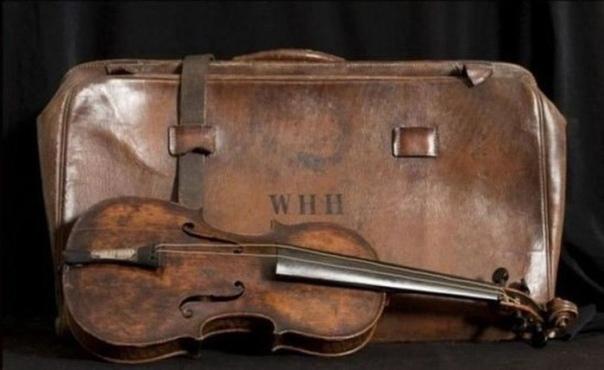Найдена скрипка, игравшая в последние минуты жизни пассажиров Титаника. Эта старая скрипка музыканта корабельного оркестра, на которой играл музыкант, чтобы успокоить пассажиров Титаника.