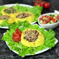 id_16276 Картофельные гнезда 🍴🔥 ⠀ Ингредиенты:  Для гнезд:  Картофельное пюре — по вкусу Яйцо — 1 шт. Крахмал — 1–2 ст. л. ⠀ Для начинки:  Мясной фарш — по вкусу Грибы шампиньоны — по вкусу Репчатый лук — 1–2 шт. Сметана - 1 ст. л. Твердый сыр — по вкусу Соль — по вкусу Любые специи — по вкусу  Автор: lenin_dom  #gif@bon