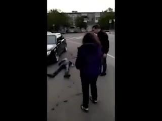 Мужик избивает всех подряд на улице