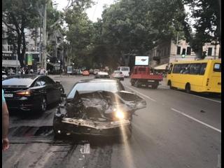 В Одессе 18-летний лихач протаранил припаркованные авто: машины отбросило на пешехода.