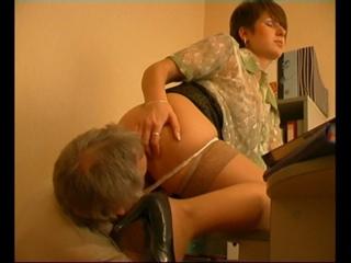 Босс залез под юбку своей секретарше и насадил ее на член (вагина, лижет киску, трахает в офисе, принуждение)
