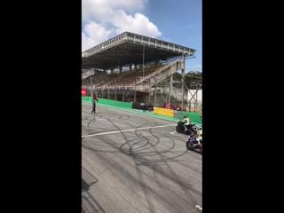 Плохой старт для бразильского гонщика с удачным исходом