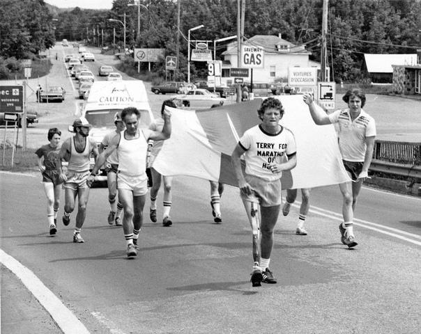 Терри Фокс бежит в окровавленных шортах во время Марафона надежды через Канаду, июль 1980 г Он бежал на протяжении 143 дней, пока не умер. Терри Фокс родился в Канаде в 1958г. В 1977 году Терри