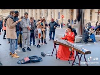 Традиционный китайский стиль: прекрасное исполнение на гучжен на улицах Парижа