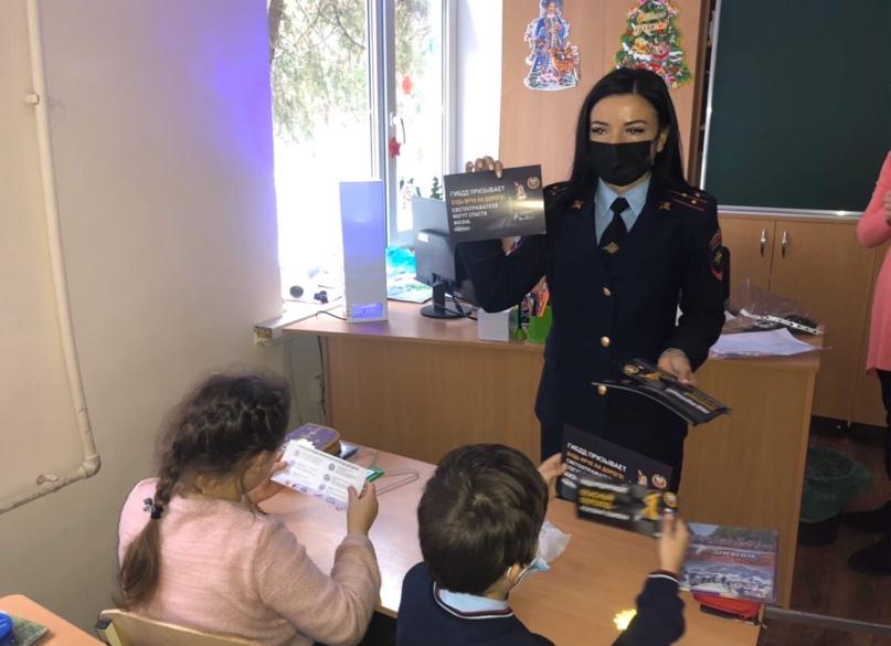 Сотрудники симферопольской Госавтоинспекции провели мастер-класс по изготовлению...