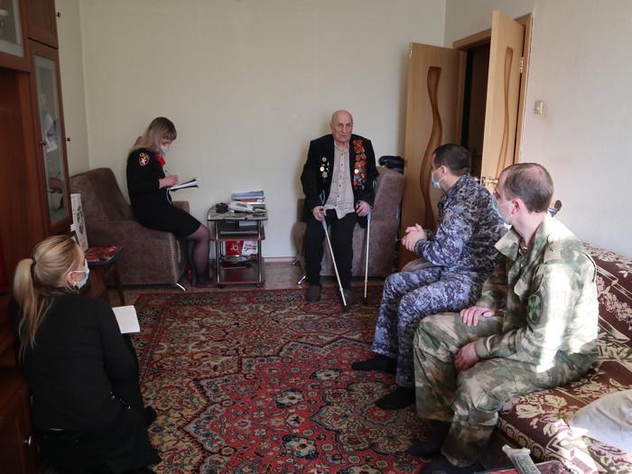 Представители томского областного управления Росгвардии поздравили с Днем защитника Отечества ветерана войны, изображение №2