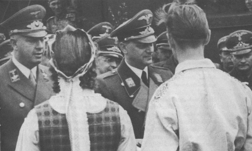 Отто Бройтигам (слева) и его шеф, министр Альфред Розенберг (справа) во время посещения Литвы (рейхскомиссариат Остланда) в мае 1942 года