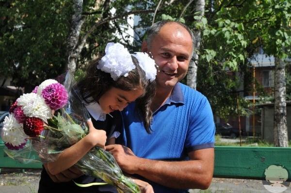 В Беслане школьница пригласила на линейку спасшего ее спецназовца