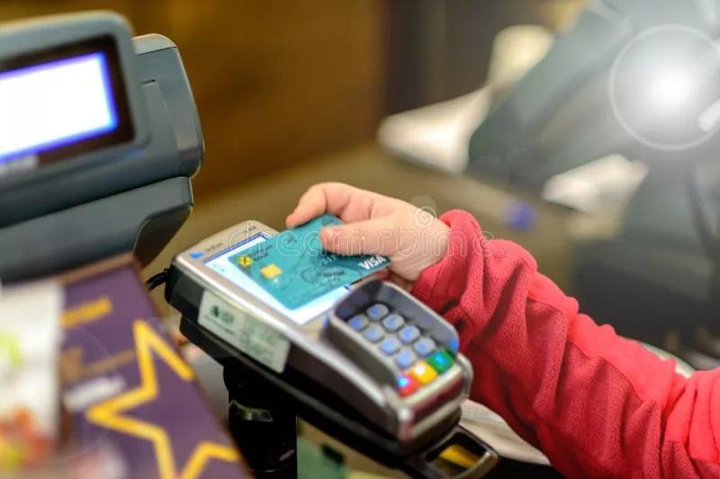 В Симферополе внук у родной бабушки похитил банковскую карту и расплачивался ей в магазинах