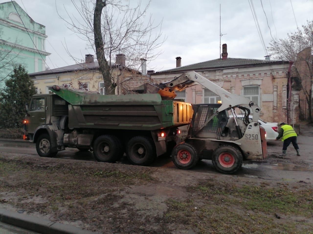 В городе Таганроге продолжается уборка автомобильных дорог