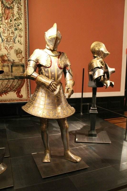 Турнирный доспех эрцгерцога Фердинанда II Тирольского из так называемого «Орлиного гарнитура». Юбка-колокол должна была надежно защитить ноги во время пешей схватки.