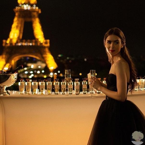 Лили Коллинз на съёмках сериала «Эмили в Париже»