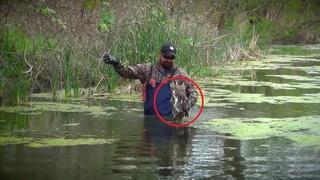 Он заметил странное существо в болоте! Приблизившись и поняв  что случилось, он начал действовать!