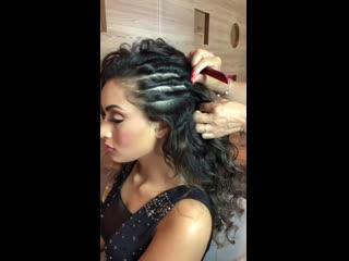 Стильная прическа на распущенные волосы