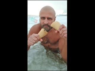 """""""Морж"""" из России набрал более 20 миллионов просмотров на видео, где он в ледяной воде ест мороженное. И все это в -17Эту стран"""