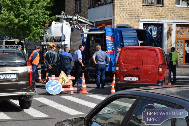 Улица К.Маркса поломалась, ищите себе новую. Работают люди и роботы. Там дыра в асфальте