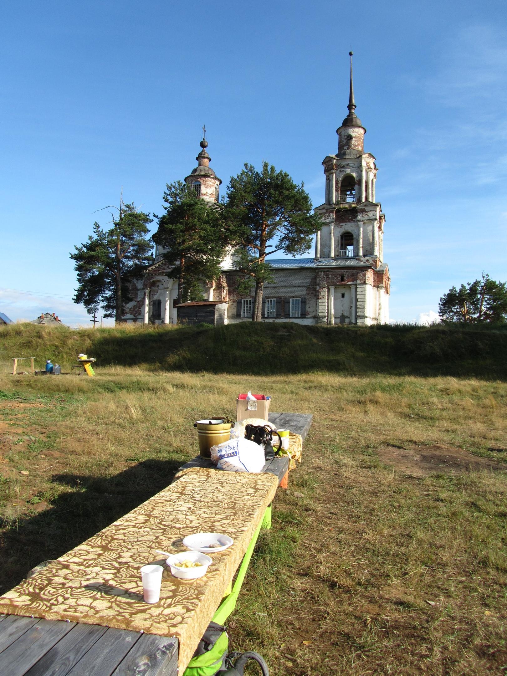 на фоне старинной церкви застолье в честь дня села Кажим
