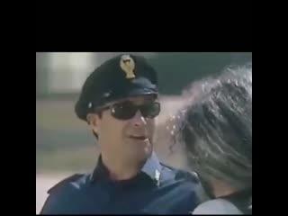 Мотоприкол про шлем, полицейский остановил байкера, мотоциклист снял волосатый шлем