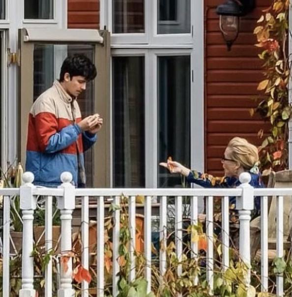 Джиллиан Андерсон и Эйса Баттерфилд на съёмках третьего сезона «Полового воспитания»
