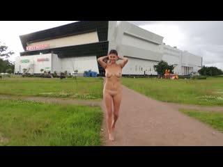 NiP-CMNF-видео – грудастая девушка в России гуляет голой прямо по городу